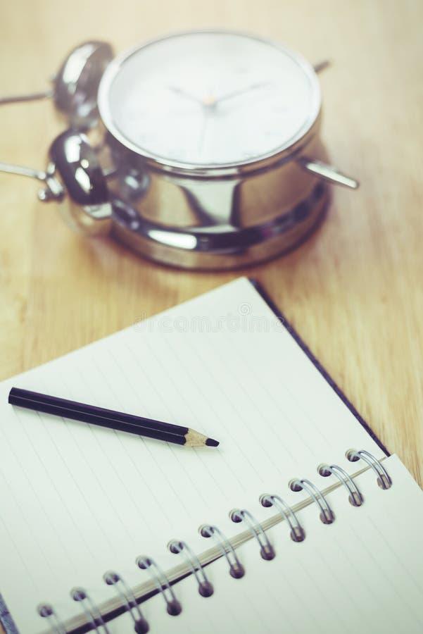 Caderno aberto do café preto com lápis e antiquado obscuros imagens de stock royalty free