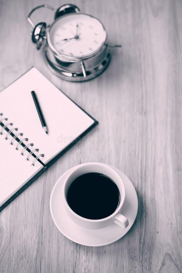 Caderno aberto do café preto com lápis e antiquado obscuros foto de stock royalty free