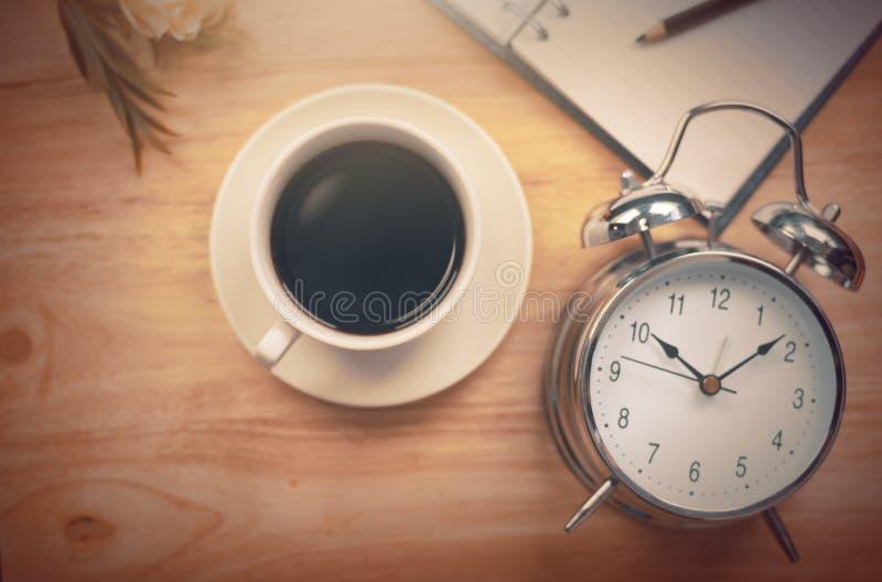 Caderno aberto do café preto com lápis e antiquado obscuros foto de stock
