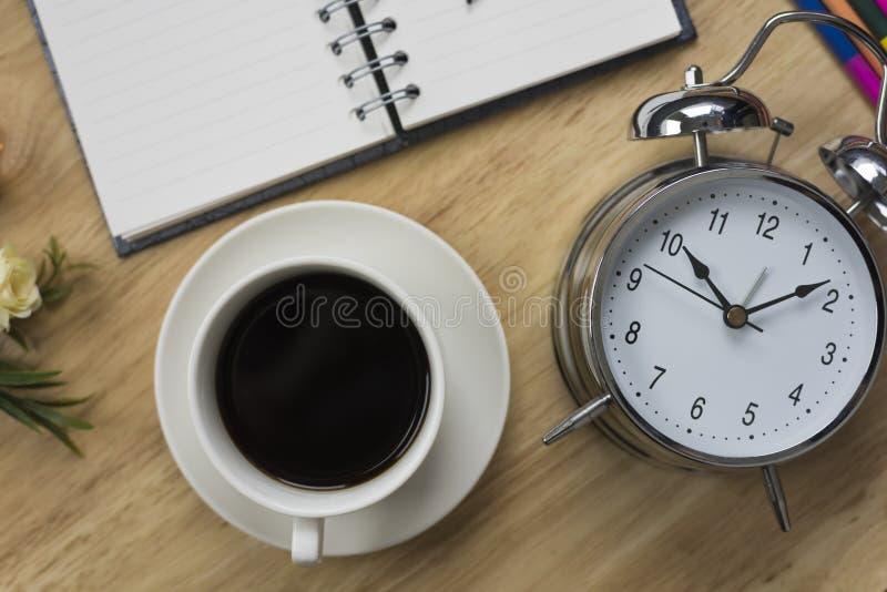 Caderno aberto do café preto com lápis e antiquado obscuros imagem de stock