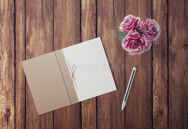 Caderno aberto, lápis e planta da vista superior em pasta imagem de stock