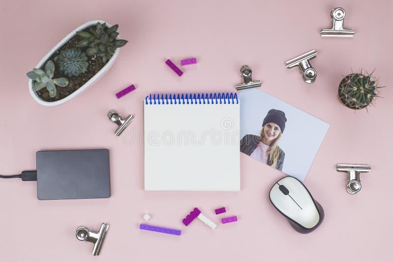 Caderno aberto, pena roxa, rato, plantas carnudas, foto, clipes de papel, lego fotos de stock