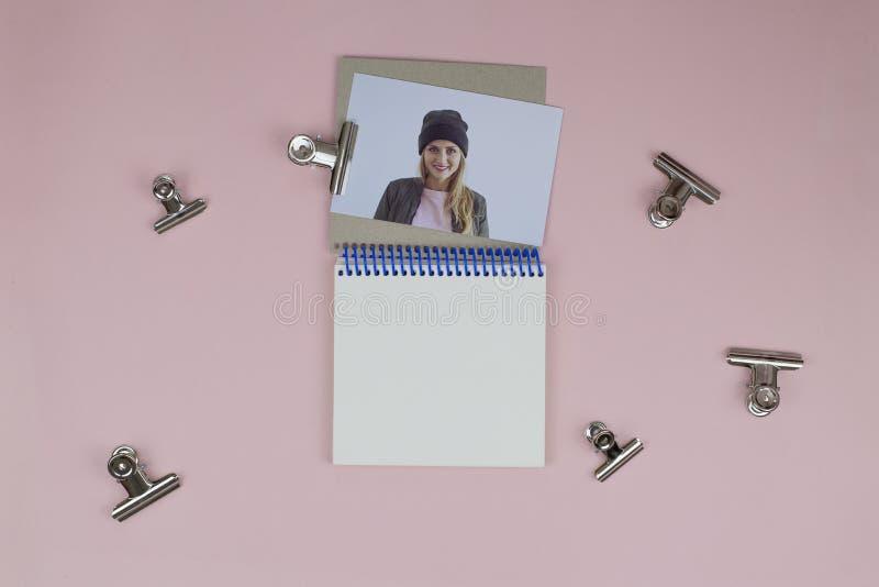 Caderno aberto, pregadores de roupa do metal, foto da menina foto de stock royalty free