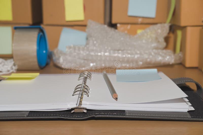 caderno, acessórios de embalagem no local de trabalho do busi pequeno startup fotografia de stock