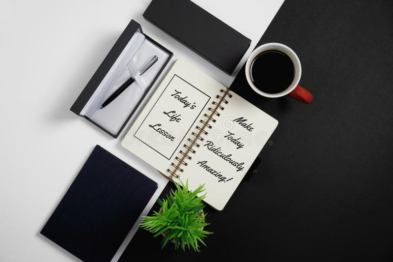 Caderno, citações inspiradas com pena, caneca de café e P em pasta fotografia de stock royalty free