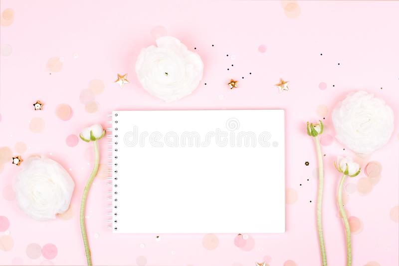Caderno com as flores no fundo pastel cor-de-rosa imagens de stock