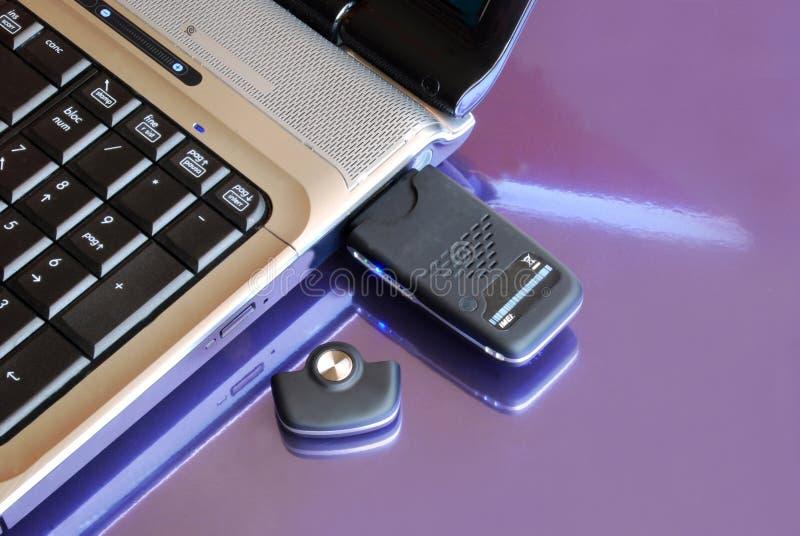 Caderno com chave do Usb 3G do modem imagem de stock royalty free