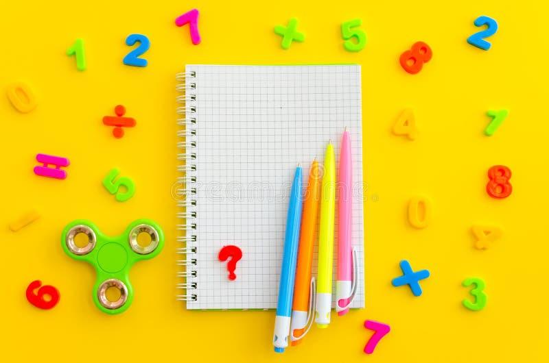 Caderno com com o girador colorido dos numerais, da calculadora e da mão - antistress imagens de stock royalty free