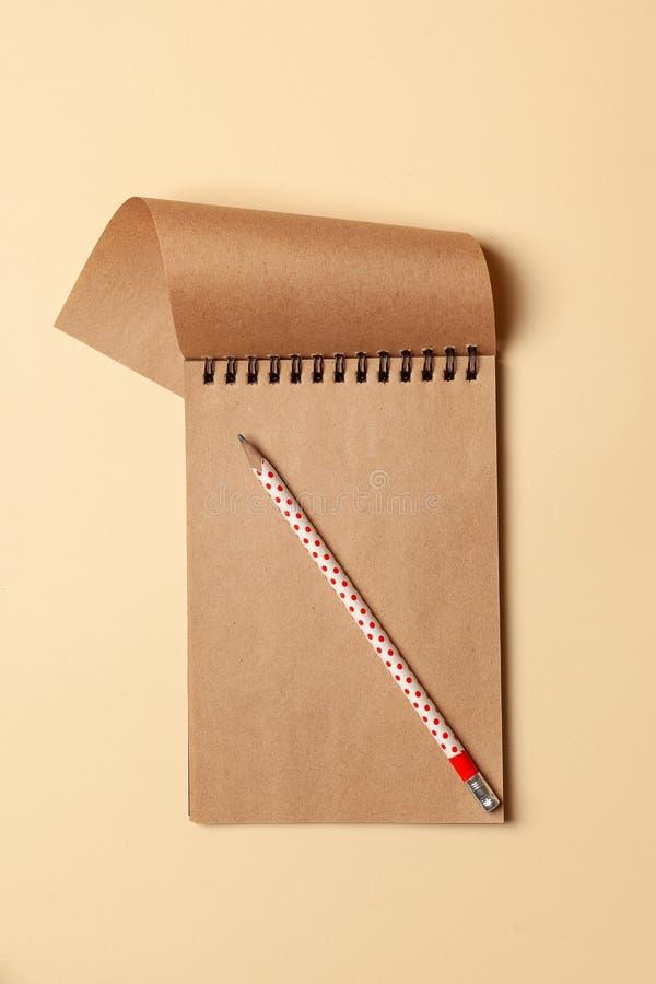 Caderno com folhas de Kraft, papel para notas, escrevendo receitas foto de stock royalty free