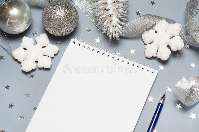 Caderno com pena e decoração do Natal, bolas, flocos de neve Copie o espaço Espaço para seu texto Feche acima, vista superior foto de stock royalty free