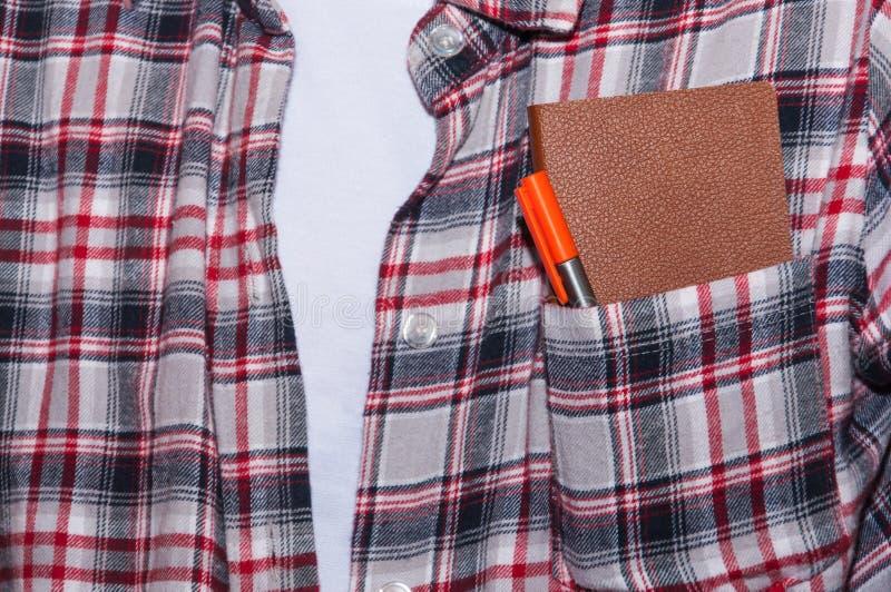 Caderno com a pena no bolso imagens de stock