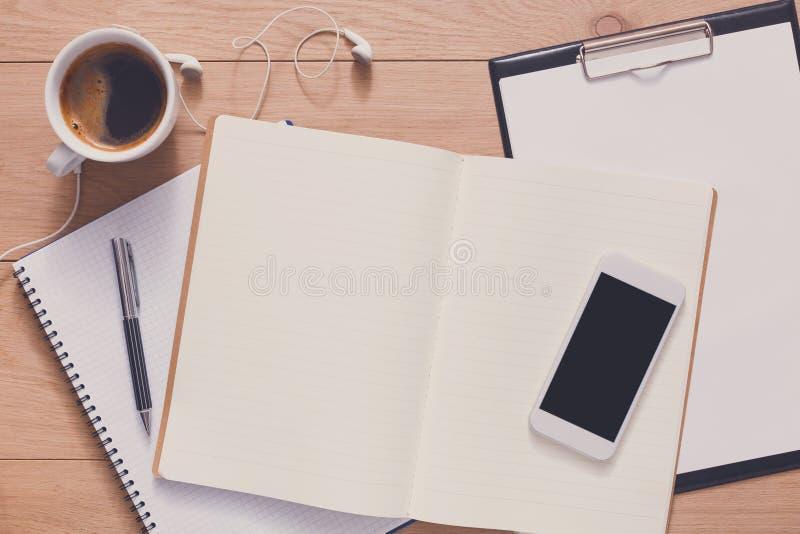 Caderno com vista superior, estudo e trabalho de escritório móveis imagens de stock