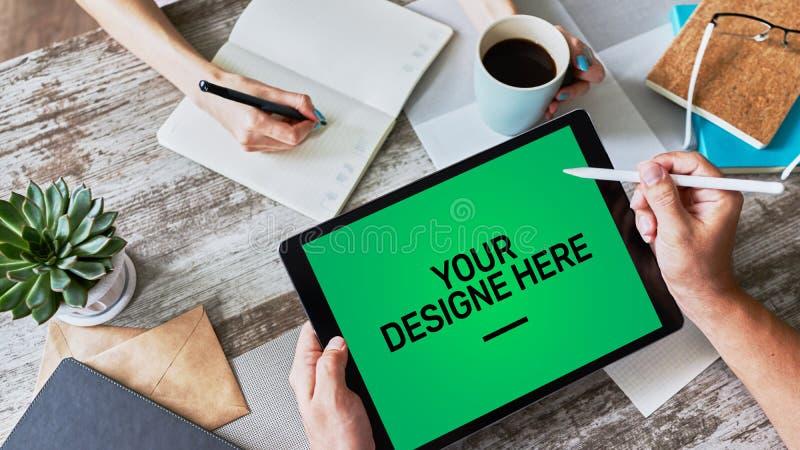 Caderno, computadores, tela do modelo do PC da tabuleta com fundo chave do croma verde e texto seu do projeto espaço vazio da cóp imagem de stock