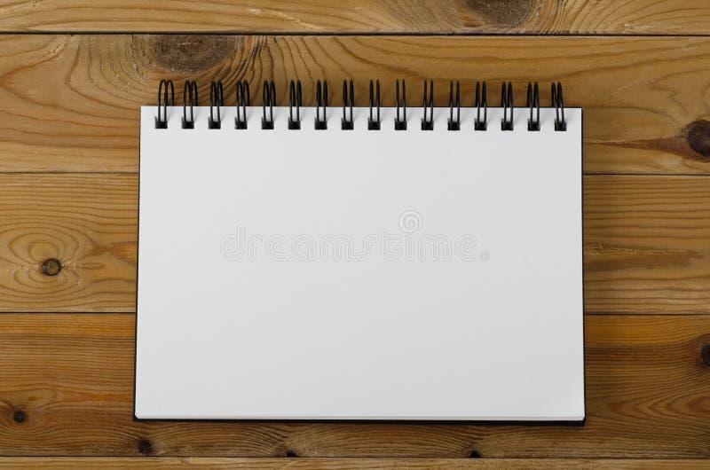 Caderno da página vazia na madeira imagens de stock
