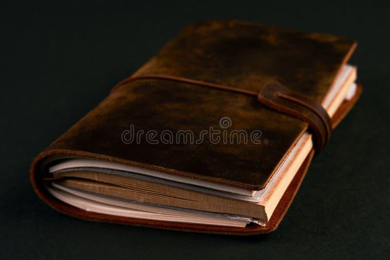 Caderno do diário do papel feito a mão na tampa de couro marrom imagem de stock royalty free