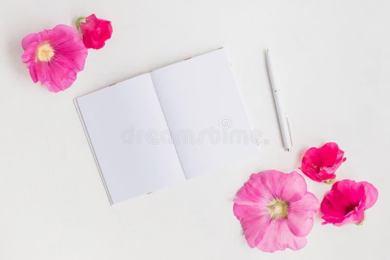 Caderno do modelo com flores cor-de-rosa imagem de stock royalty free
