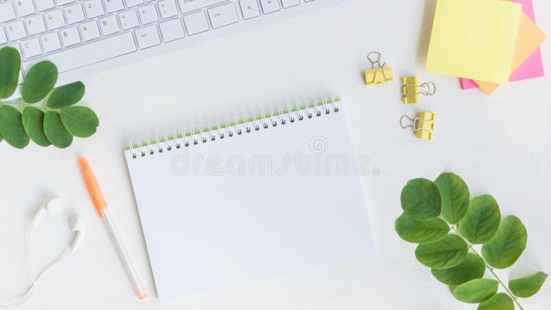 Caderno do modelo com folhas verdes foto de stock royalty free