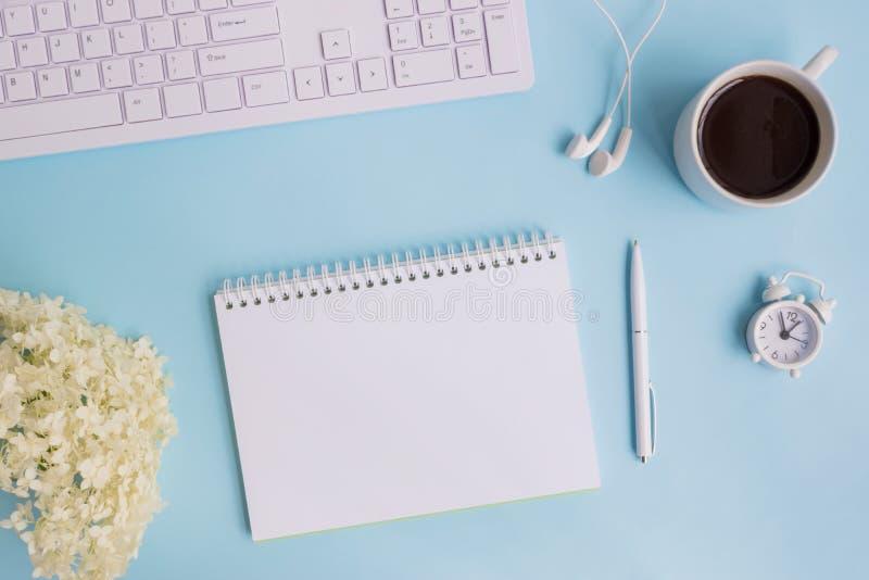 Caderno do modelo com a hortênsia da flor branca imagem de stock