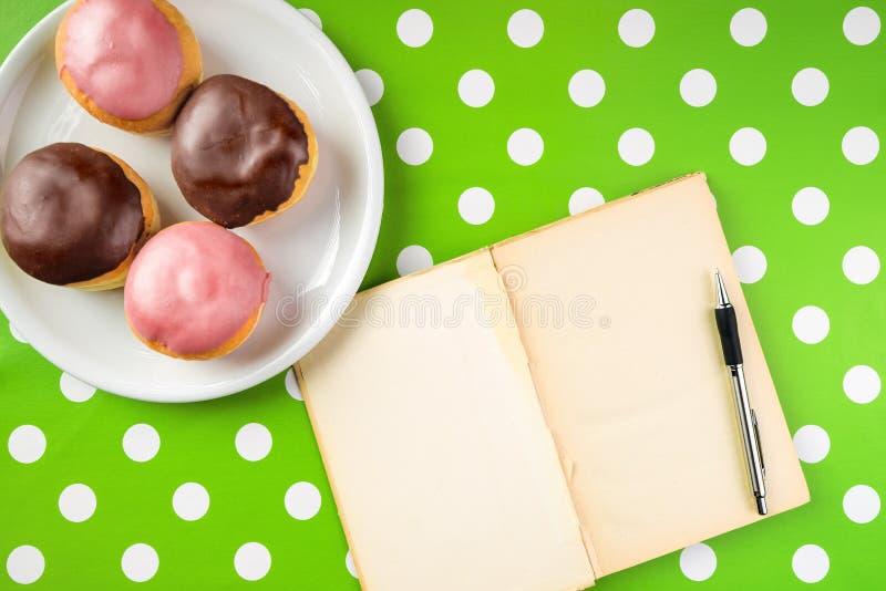 Caderno do vintage com receita para anéis de espuma caseiros deliciosos com fotos de stock