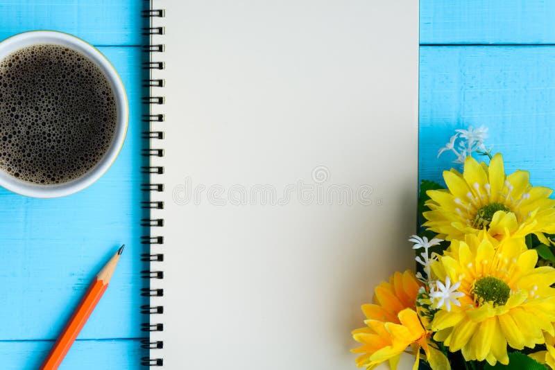 caderno e café do bom dia fotografia de stock royalty free