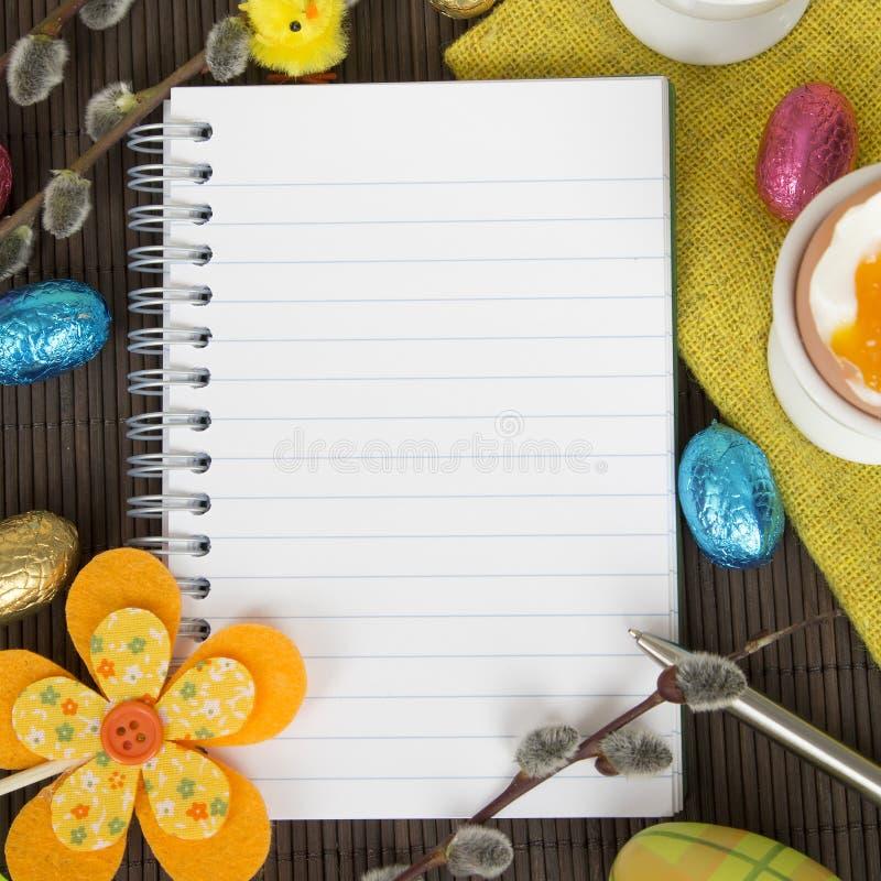 Caderno e decorações vazios da Páscoa imagem de stock
