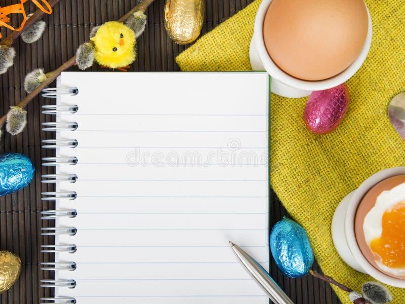 Caderno e decorações vazios da Páscoa imagem de stock royalty free