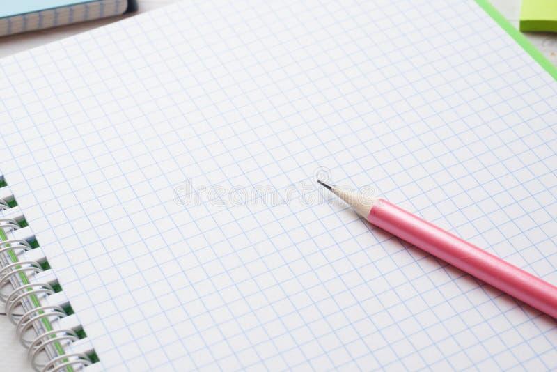 Caderno e lápis brancos limpos com espaço da cópia para a apresentação, o escritor ou a educação escolar, o blogger, a novela e a imagens de stock
