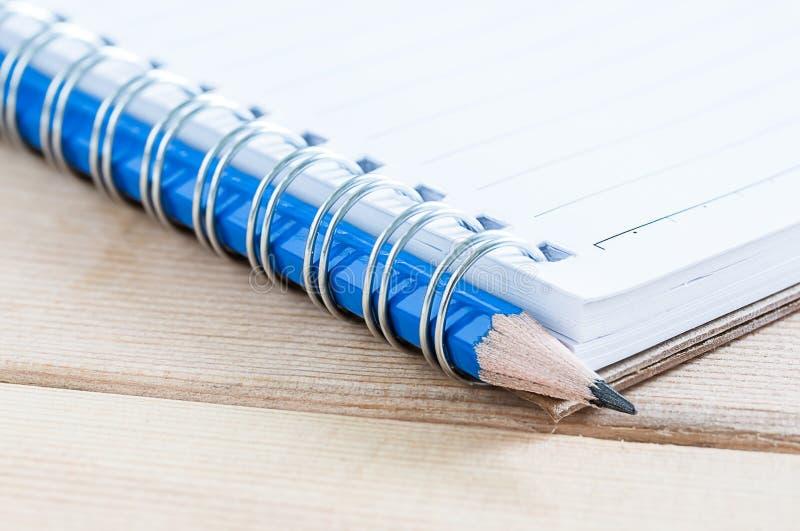 Caderno e lápis do close-up fotos de stock royalty free