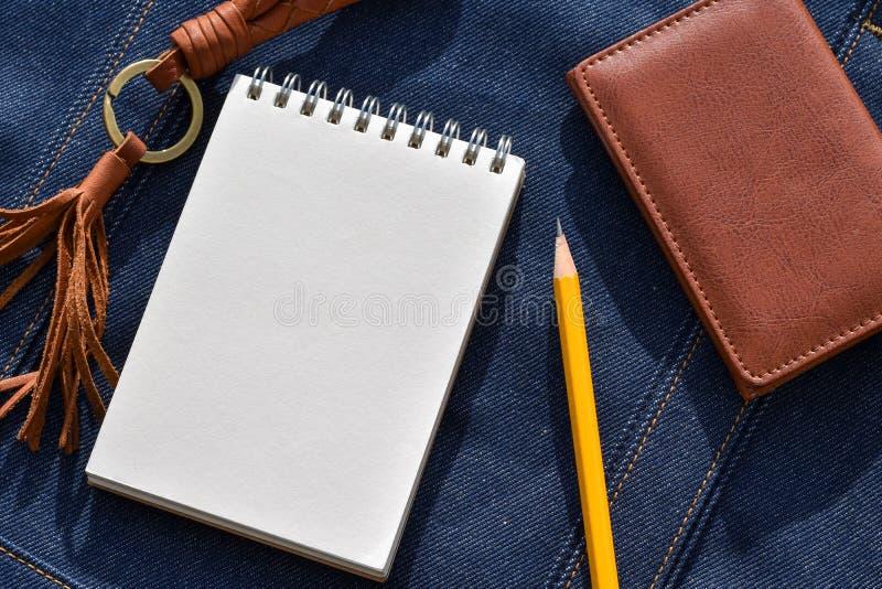 Caderno e lápis na sarja de Nimes para notas ou história do negócio da ideia cada dia imagens de stock