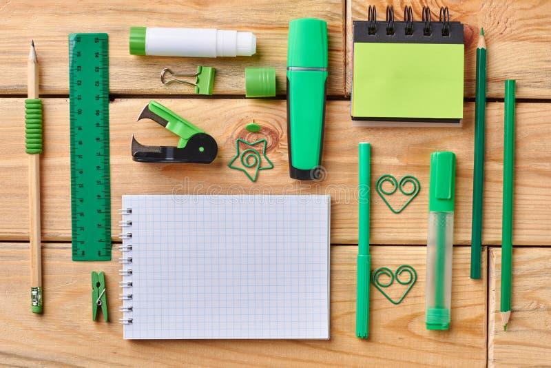 Caderno e materiais de escritório vazios imagem de stock