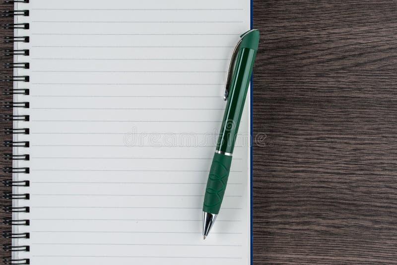 Caderno e pena alinhados, memorando do lembrete do memorando da lista de verificação imagem de stock