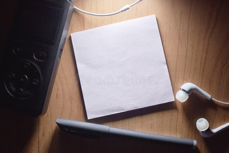 Caderno e pena na tabela de madeira imagem de stock royalty free