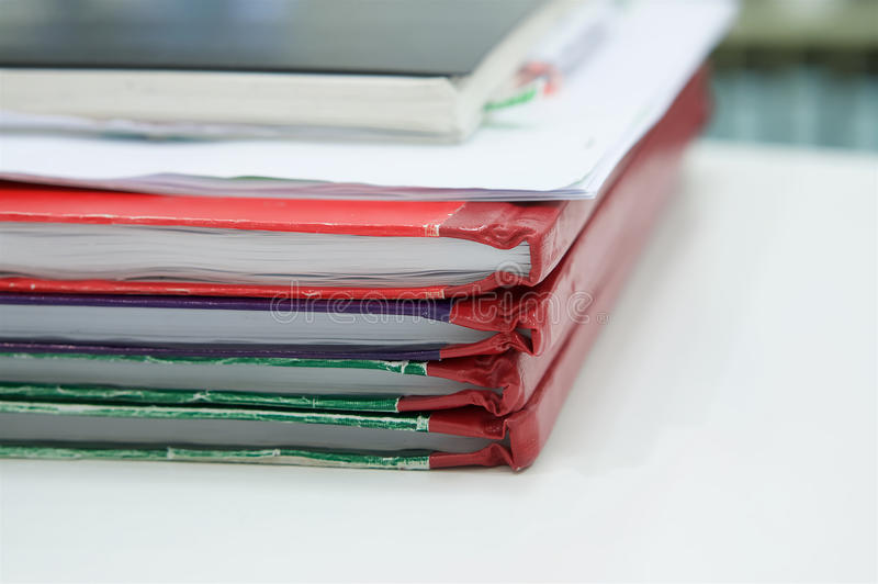 Caderno e pilha de livro de relatório na mesa fotos de stock royalty free