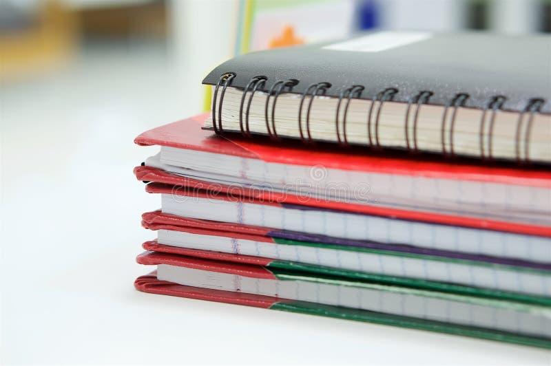 Caderno e pilha de livro de relatório no escritório foto de stock