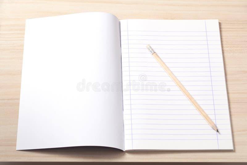 Caderno e um lápis em uma mesa foto de stock royalty free