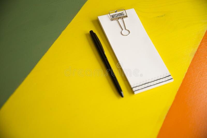 Caderno e um lápis na tabela foto de stock