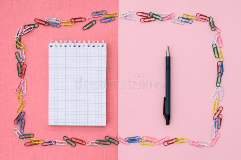 Caderno em uma gaiola imagem de stock