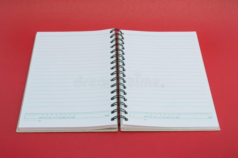 Caderno espiral no fundo vermelho. fotos de stock royalty free