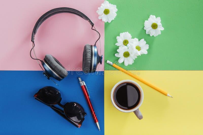 caderno, lápis, vidros, café e flores brancas perfumadas imagens de stock