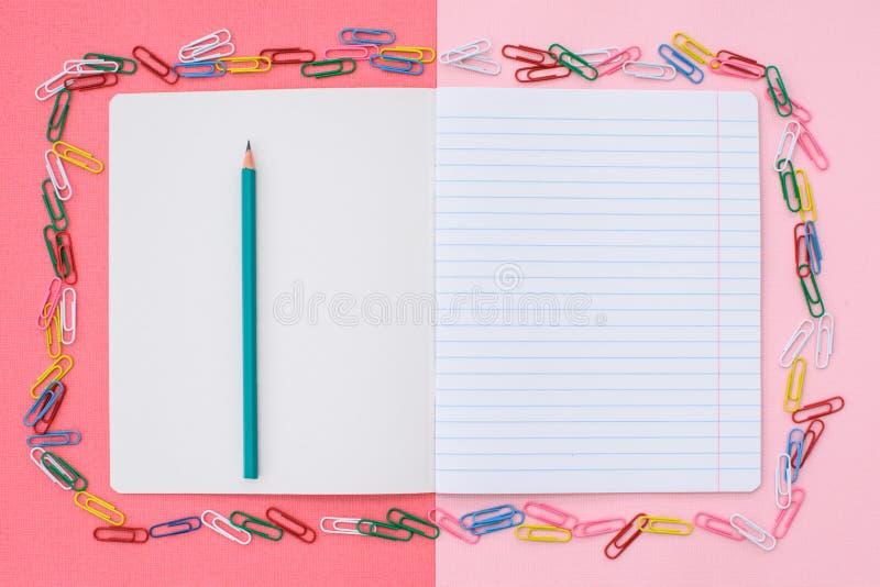 Caderno na linha de um lápis imagem de stock