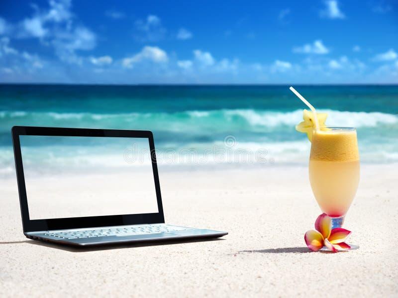 Caderno na praia e no vidro imagem de stock royalty free