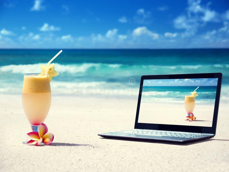 Caderno na praia e no vidro do jucie fresco fotos de stock royalty free