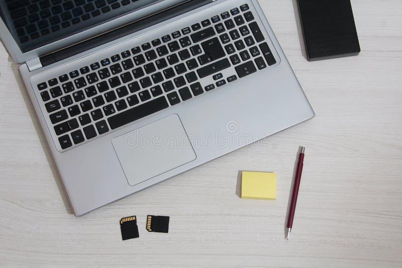 Caderno na tabela com bloco de notas imagens de stock royalty free
