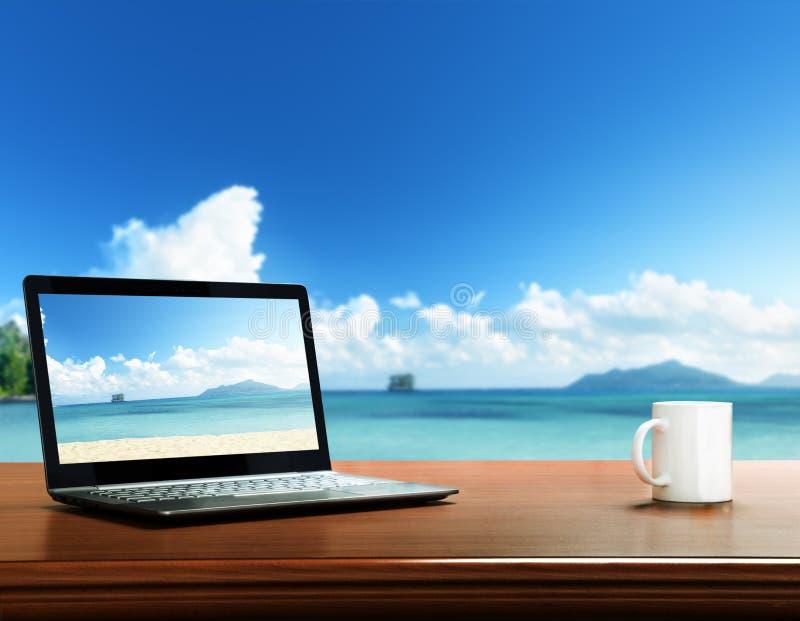 caderno na tabela e na praia fotografia de stock royalty free