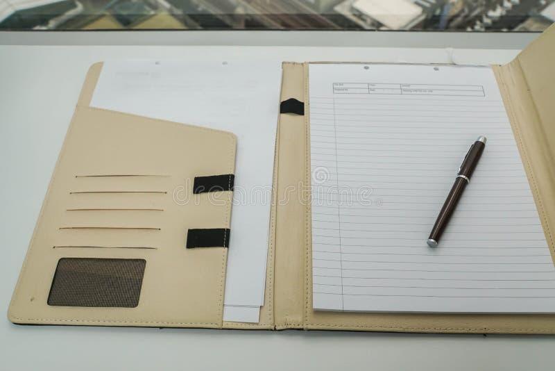 Caderno no argumento de couro para o memorando e a ata de reunião imagens de stock