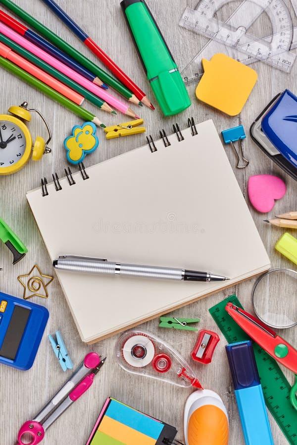 Caderno, pena e materiais de escritório foto de stock