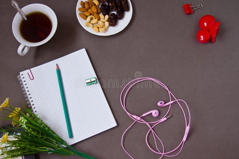 Caderno, pena, xícara de café fotos de stock