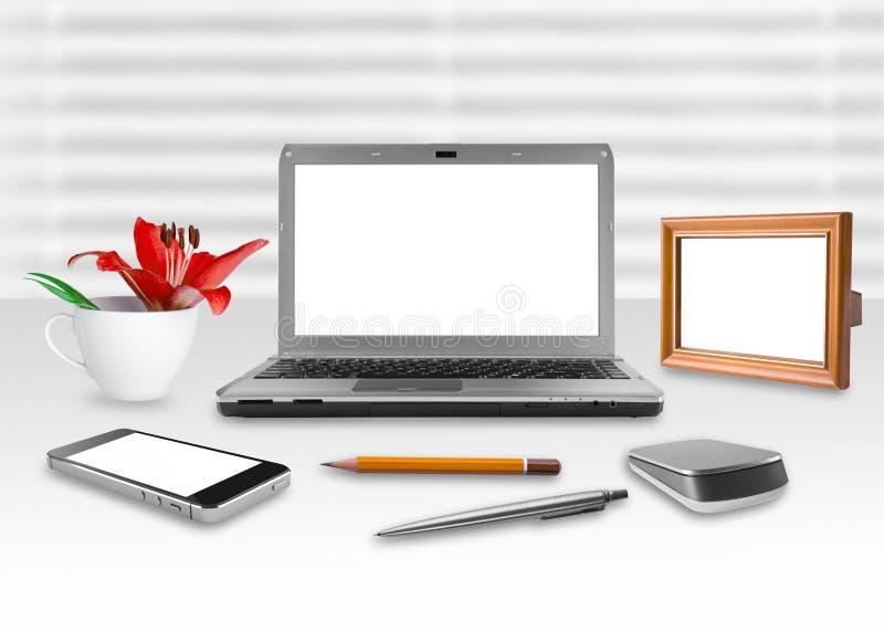 Caderno, smartphone e quadro da tela vazia no escritório imagens de stock