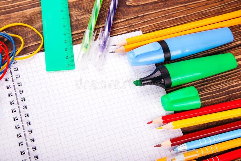 Caderno vazio aberto, quadro de fontes de escola sobre um wo retro imagem de stock