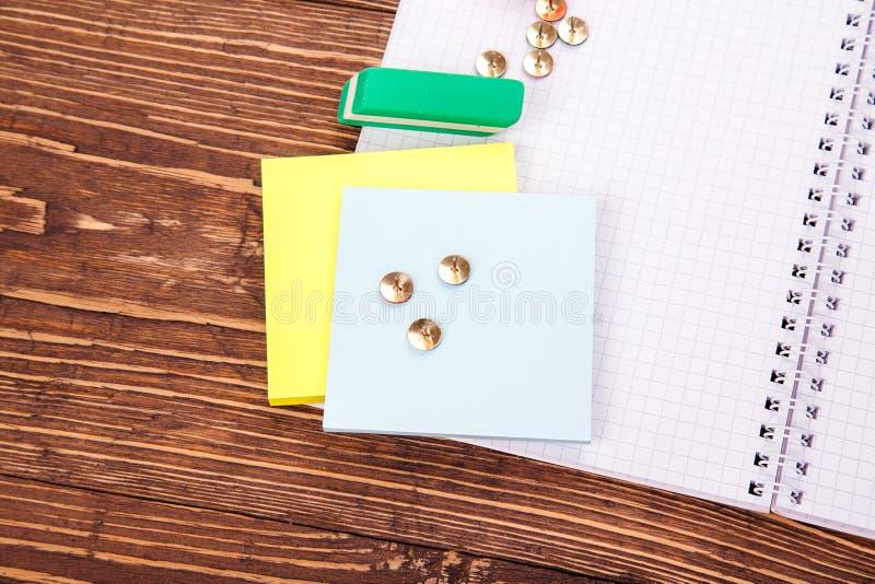 Caderno vazio aberto, quadro de fontes de escola sobre um wo retro fotos de stock royalty free